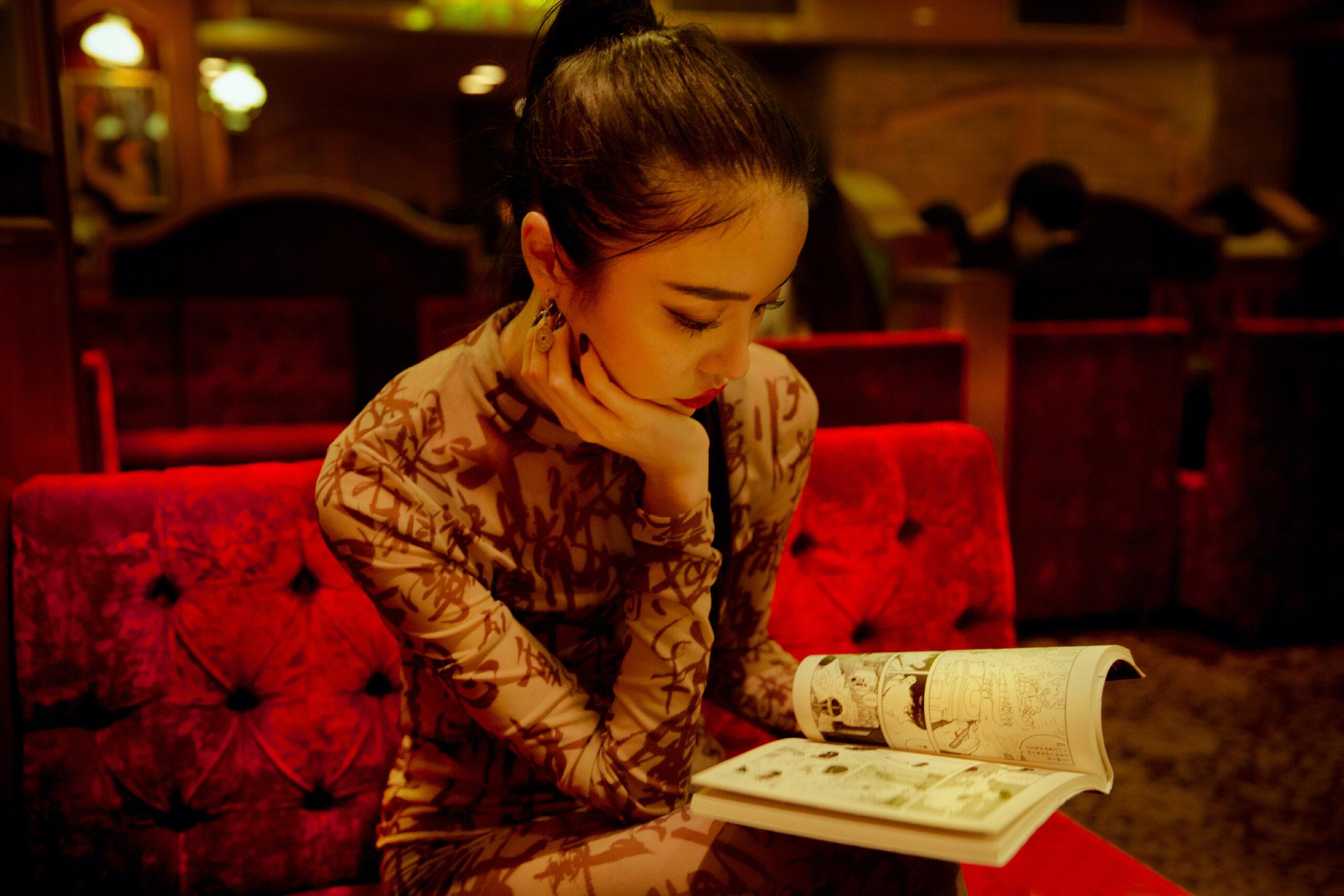 aya reading a manga